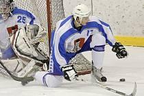 Hokejisté Světlé nad Sázavou dokázali v prvním finálovém zápase vyhrát na horkém ledě v Chrudimi, domácí béčko porazili 5:2 a v sérii hrané na dva vítězné zápasy vedou 1:0. Už dnes je na programu druhé finále, které se bude hrát v Humpolci.