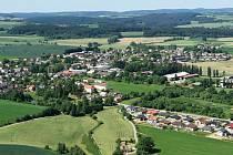 V obci Lípa, pod kterou spadají Dobrohostov, Petrkov a Chválkov, žije v současné době 1 130 obyvatel. Mají zde školu a čtyři dětská hřiště, poštu, dva obchody a hostince, hasičskou zbrojnici, fotbalové hřiště a dobré autobusové i vlakové spojení.