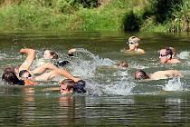 Během úvodní části triatlonu – plavání – je vždy pořádná tlačenice.