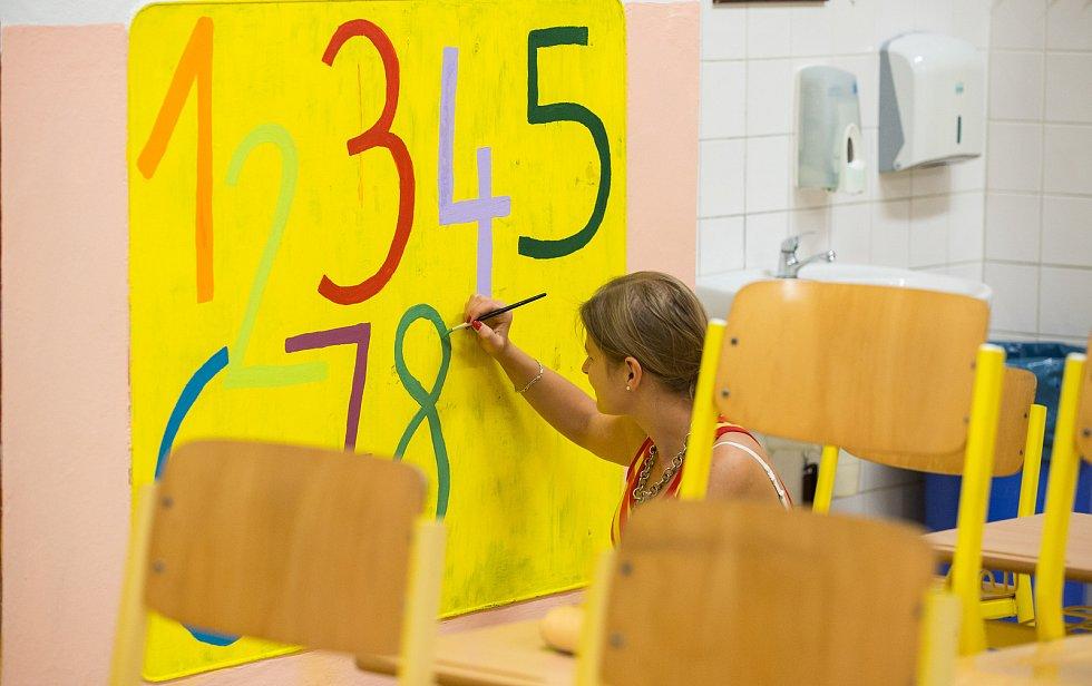Poslední přípravy tříd v ZŠ V Sadech V Havlíčkově Brodě, na pondělní příchod žáků.