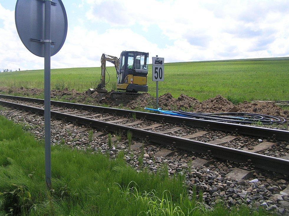 Kolem trati z Brodu do Humpolce která měří 25 kilometrů a je 130 let stará, pokládají dělníci speciální kabely, díky kterým dispečer v Brodě uvidí vlak na počítači.
