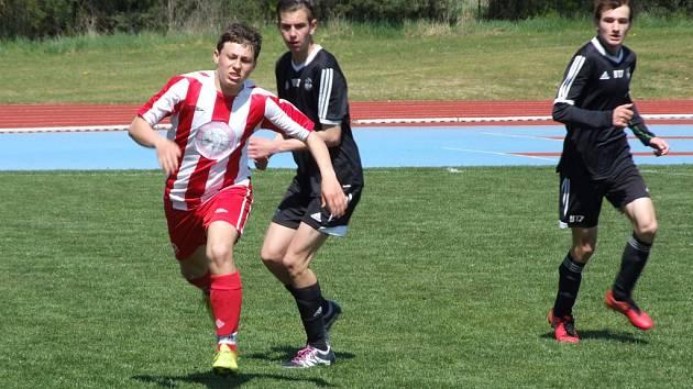 Sedm branek nastříleli mladší dorostenci HFK Třebíč (u míče) v zápase 24. kola Moravskoslezské divize D proti Havličkovu Brodu.