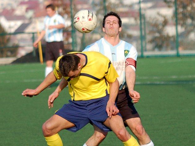 Prohrou se loučili se sezonou fotbalisté Lučice (ve světlém).