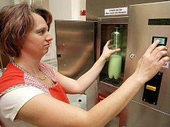 Nádoba a drobné mince. To je všechno, co milovníci plnohodnotného kravského mléka při jeho nákupu ve Ždírci nad Doubravou potřebují. Doma si mléko ale musejí převařit, na což je upozorňuje i nápis umístěný přímo na automatu.