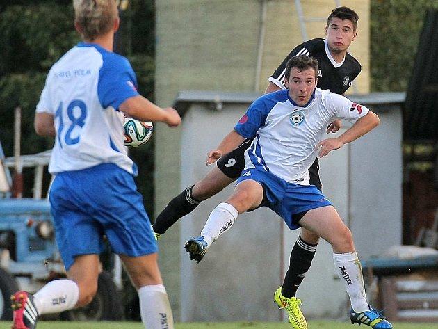 Zápis do střelecké listiny si v zápase s Mutěnicemi připsal obránce Slovanu Tomáš Vařejka (v černém), který v poslední minutě prvního poločasu zvyšoval na 2:0.