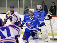Třetí třetina rozhodla o prohře světelských hokejistů (ve světlém) ve třetím finálovém zápase Krajské ligy proti Moravské Třebové. Ta se stala vítězem celé soutěže.