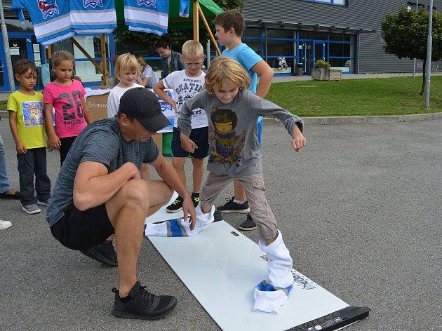 Pro děti bylo atraktivní zkusit si základy správného hokejového bruslení na speciální umělohmotné desce.