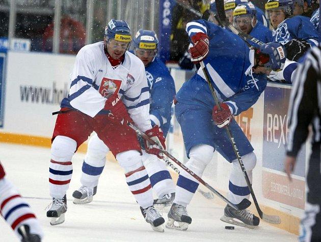 """V první třetině nedělního zápasu Hockey Open Air Game 2011 mezi Pardubicemi a Kometou Brno znepříjemňovalo život sněžení. """"Bylo to nepříjemné, nebylo skoro nic vidět,"""" říkal havlíčkobrodský útočník Václav Meidl (vpravo)."""
