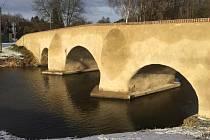 Příběh mostu v Ronově zřejmě jen tak neskončí. Omítka se drolí opět.