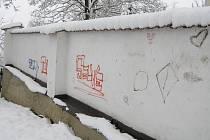 Tak vypadala po řádění dětských sprejerů  historická zeď zámku v Přibyslavi na Havlíčkobrodsku.