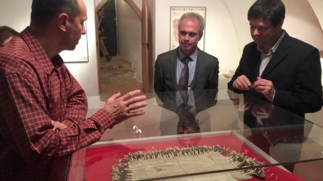 Náměstek kultury Vlastislav Ouroda (uprostřed) navštívil také brodské Muzeum Vysočiny, kde si prohlédl stížný české a moravské šlechty.list.