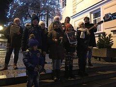 Lidi všech věkových kategorií doprovodil na náměstí folklorní soubor Škubánek v čele s Evou Pejchalovou. Ta si na pomoc vzala malé zpěváky, kteří po celou dobu akce hráli na různé hudební nástroje.