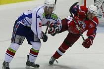 Havlíčkobrodští hokejisté (v červeném Vojtěch Němec) v poslední době pilovali na trénincích zejména koncovku.