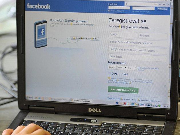 Dívku, s níž se mu nedařilo navázat kontakt v osobním styku, se Pejchal podle policie pokoušel pod jiným jménem kontaktovat na sociální síti. Ilustrační foto.