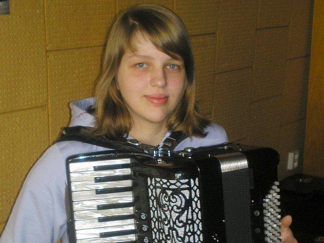 Markéta a její akordeon tvoří nerozlučnou dvojici. Každý den trénuje až dvě hodiny a tvrdí, že se na něj dá zahrát vše.