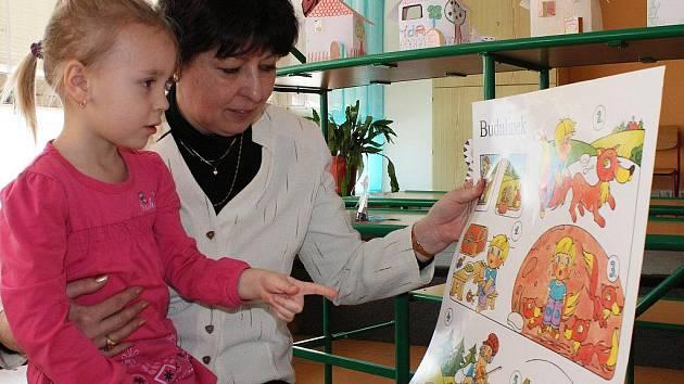 K zápisu do první třídy na základní školu Nuselská v Havlíčkově Brodě přivedla maminka pět a půlletou Barboru Janatovou. Barborka uměla například počítat do dvaceti a podle obrázků přeříkala učitelce pohádku o Budulínkovi.