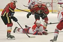 Mezi druholigovými hokejisty je Miroslav Duben (na snímku ve světlém) s více než šesti sty starty v české extralize výrazným hráčem.