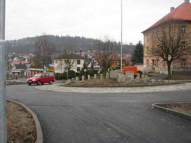 Kruhový objezd ve Štokách vznikal především kvůli zvýšení bezpečnosti a zajištění klidnější dopravní situace.