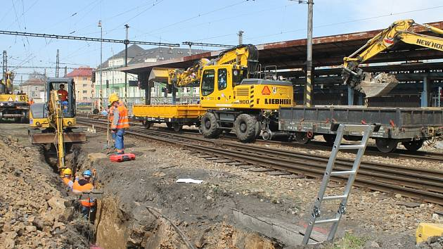 Na kolejích havlíčkobrodského nádraží se objevily těžké stavební stroje.