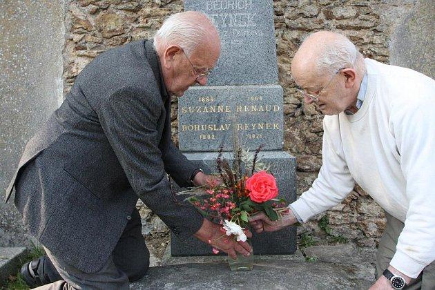 Synové u hrobu Bohuslava Reynka