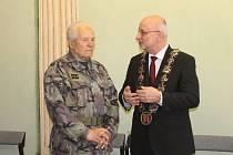 Cena za odvahu. Plukovník Antonín Stachovský získal Cenu Města Havlíčkův Brod za odvahu v srpnu 1968.