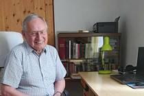 Třiaosmdesátiletý Jiří Mára ve své pracovně na faře v Lučici.