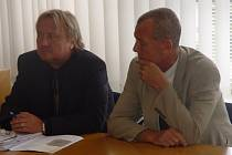 Rozsudek zněl vinni. Dva bývalí porodníci z havlíčkobrodské nemocnice Aleš Mareček (vpravo) a Oldřich Eliška nesmí dva roky vykonávat porodnickou praxi.