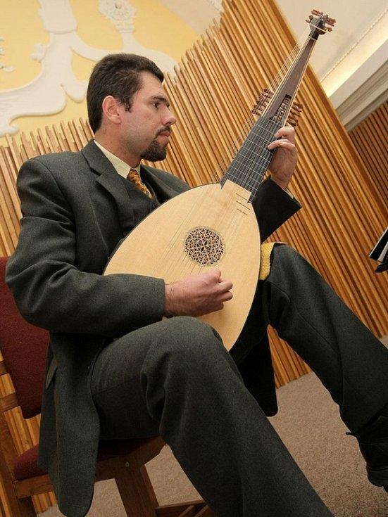 Loutnista. Jindřich Macek v rámci kulturního programu zahrál několik skladeb na renesanční loutnu.