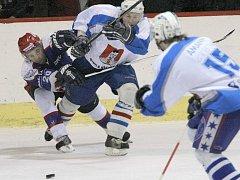 Zápas nezvládli. Světelští hokejisté (ve světlém útočník Jaroslav Žák) vedli nad Chocní už 4:0, nakonec zápas prohráli 4:5 v prodloužení.
