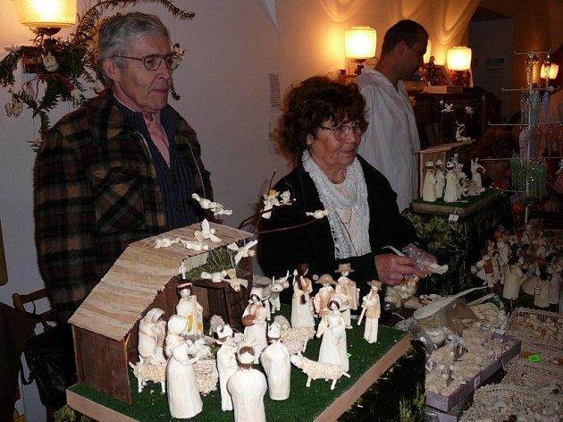 Desítky hodin. Z Hradce Králové přijeli manželé Henclovi s figurkami z kukuřičného šustí. Betlém na snímku stál desítky hodin práce a spoustu nervů.