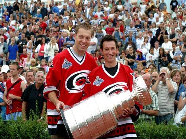 Josef Vašíček (vpravo) se teprve z médií dozvěděl, že s ním v Carolině pro příští ročník NHL nepočítají.