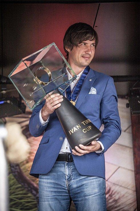 Dimitry Samokhvalov si převzal putovní pohár Ivana Tučka pro mistra Evropy. Na jeho podobě se podílel například i chotěbořský podnikatel Jan Kruntorád, zhotovitel sochy Jana Palacha.