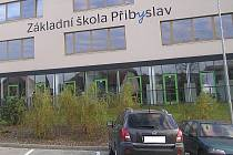 Parkoviště u školy v Přibyslavi má 15 míst, ale ráno na nich chce parkovat najednou skoro 500 lidí.
