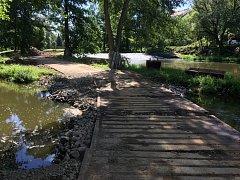 Povodí Vltavy kompletně upravuje odtokový kanál a krajinu pravého břehu řeky Sázavy v Havlíčkově Brodě v blízkosti Kulturního domu Ostrov.