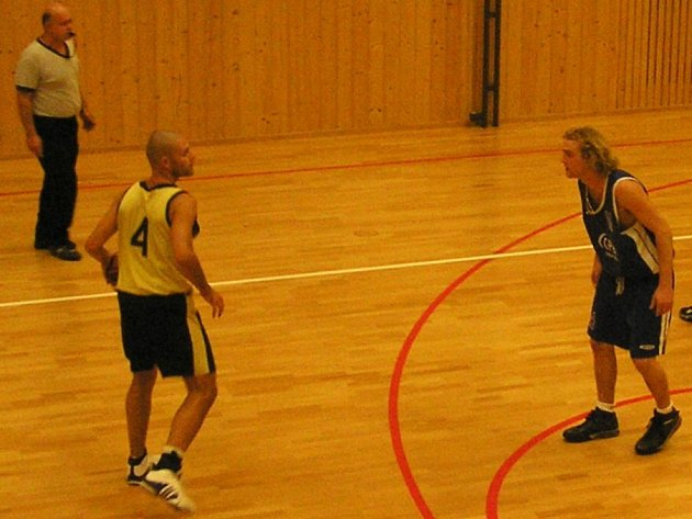 Basketbalisté brodské Jiskry (ve světlém Štěpán Fiala) v posledních dvou zápasech Východočeské ligy prohráli.