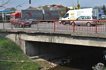 Most  je součástí frekventované křižovatky.