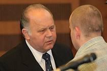 Obhájce Jan Herout (vlevo) rozmlouvá u Krajského soudu v Hradci Králové se souzeným Petrem Zelenkou. Soudní jednání dnes začíná znovu.