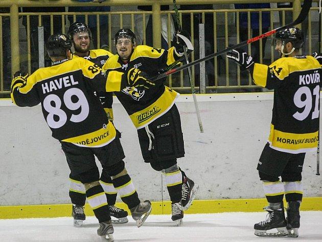 Gólové radosti si ve druhém utkání čtvrtfinálové série měrou vrchovatou užili hokejisté Moravských Budějovic. Žihadla (na snímku) doma zničila Klatovy osmi góly.