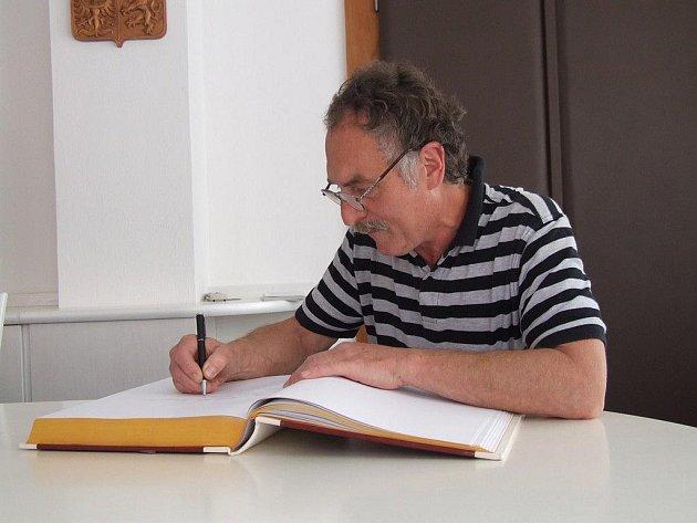 Janu Exnarovi se ve čtvrtek dopoledne dostalo na havlíčkobrodské radnici slavnostního přijetí vedením města k oslavě jeho životního jubilea. Po příjemné debatě následovalo i nezbytné zapsání do pamětní knihy Havlíčkova Brodu.