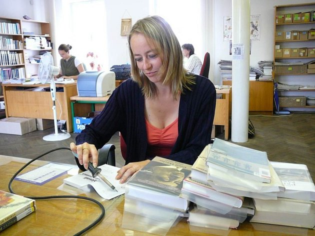 Kolikrát je vezmou do rukou? Dokážete si představit, kolikrát musí vzít knihovnice jedinou knihu do rukou, než se dostane do půjčovny? Kontrola štítků, razítkování nebo  balování je jen zlomek jejich práce.