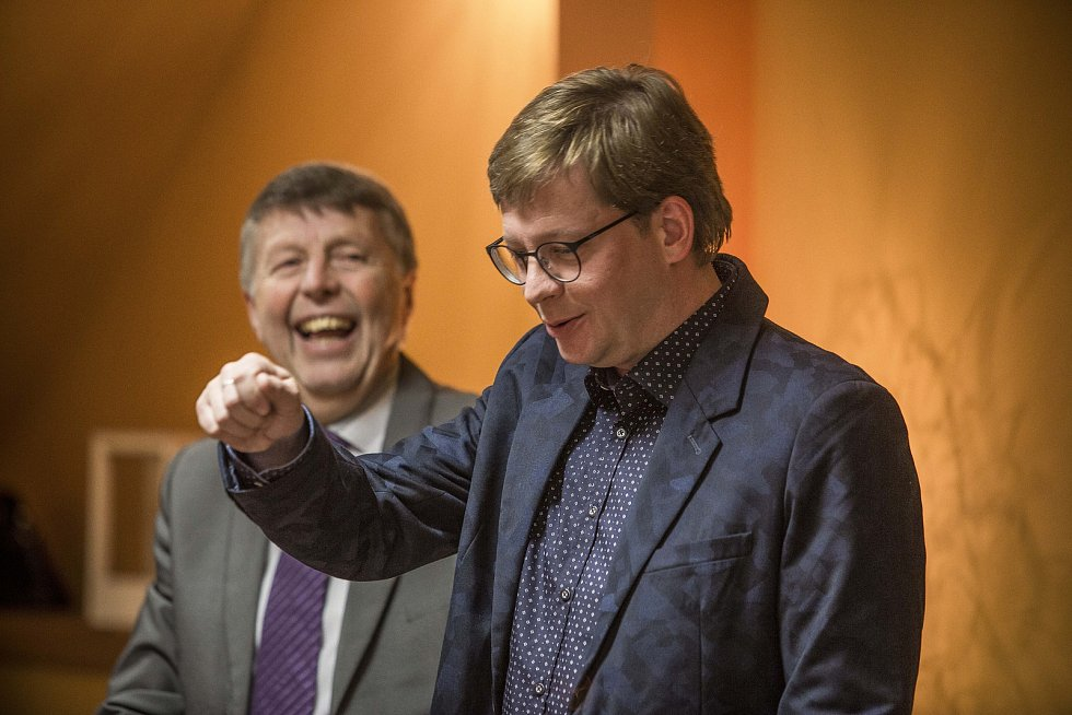 Aleš Cibulka se jako moderátor dostal do blízkosti mnoha slavných lidí. Jeho kamarádkou byla například Jiřina Jirásková nebo Jana Brejchová. V Kavárně Chotěboř jej zpovídal Jiří Vaníček.
