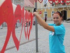 Lidé pomáhali vytvořit nejdelší šňůru z papírových srdcí.