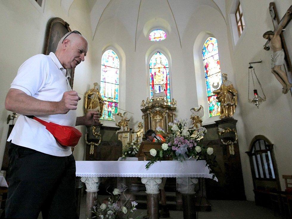 Proutkař František Hanuš zkoumá podzemí v kostele sv. Václava.