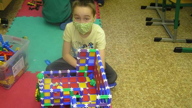 Škola v době pandemie je spíš družina, ale vychovatelé pomohou i s úkoly.