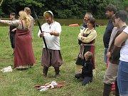 NA SKOK DO STŘEDOVĚKU. Setkání Vikingů v Ledči se účastní asi stovka příznivců historického šermu. Oblečení a zbroj musí být co nejautentičtější.