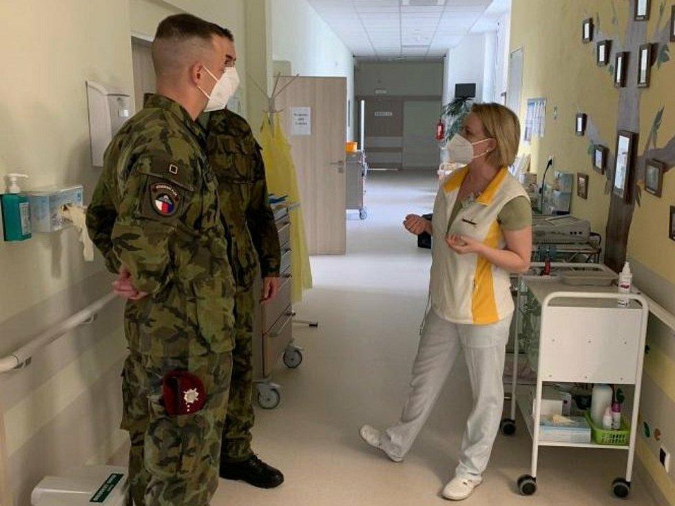 Vojáci z Chrudimi při nástupu do brodské nemocnice.