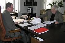 Jak se bude vyvíjet nezaměstnanost v regionu, který je v současnosti co do nárustu počtu lidí bez práce první v republice, když samotné vládní zákony  jsou nedomyšlené. To bylo hlavní téma schůzky ředitele úřadu práce Martina Kouřila a senátora Pitharta.
