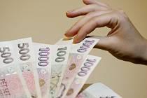 Peníze. Lidé, kterým nepůjčí banka, se snaží shánět jinde. Nabídka půjčky po telefonu se však může prodražit.