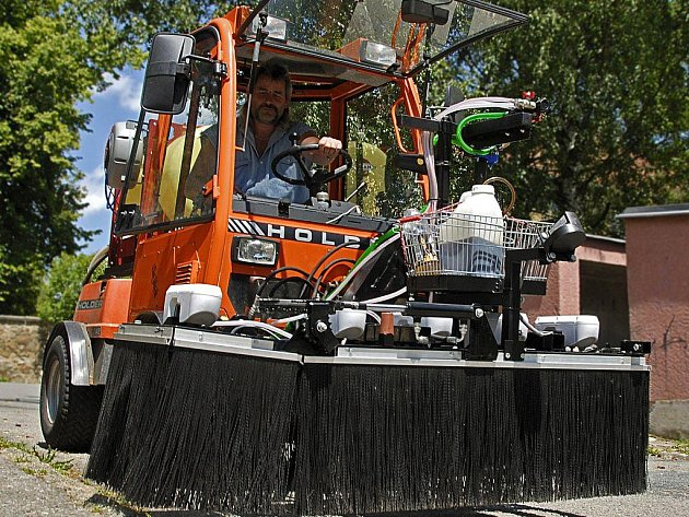 Od stroje za čtyři sta tisíc si technické služby v Havlíčkově Brodě mnohé slibují.  Účelem je zlikvidovat veškerou nežádoucí zeleň ve městě a okolí.