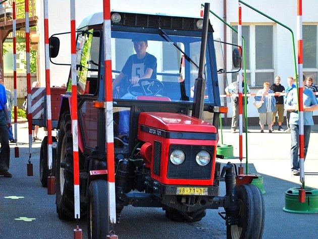 Jízda zručnosti. Celou řadu překážek a nástrah museli na soutěžní trati překonávat mladí řidiči traktoru s vlekem.